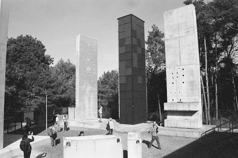 Cécile Massart - Sarcophagi - Radioactive Waste Les stèles de Dessel - Belgique, photo NB, 4630 cm, 2018