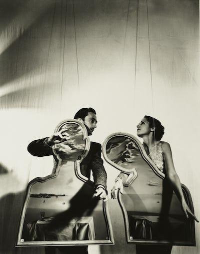Salvador Dalí et Gala avec « Couple aux têtes pleines de nuages », 1936 © Photo by Cecil Beaton