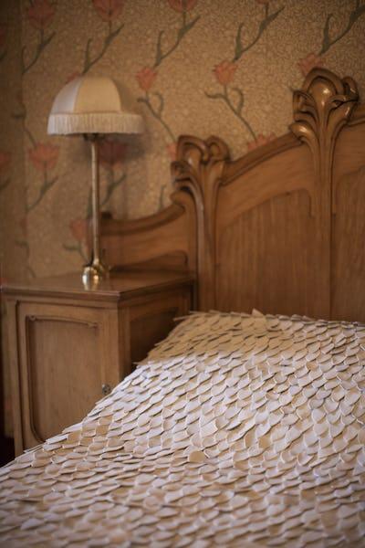 Sara Judice de Menezes Nuit blanche à Horta Bois, coton, mousse, porcelaine. Façonnage, broderie © Photo Arthur Ancion @sarajudicede