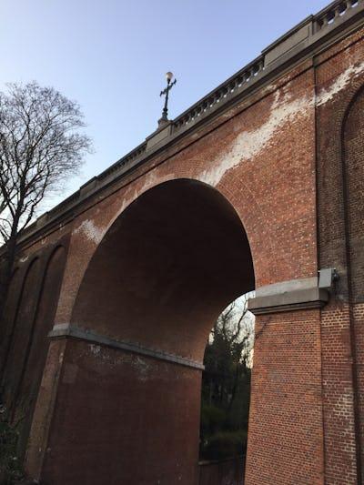 Franchir la vallée : petite histoire des ponts de l'avenue de la Couronne